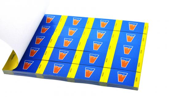 4 cupões de consumo numa tira em forma de livro com impressão a cores