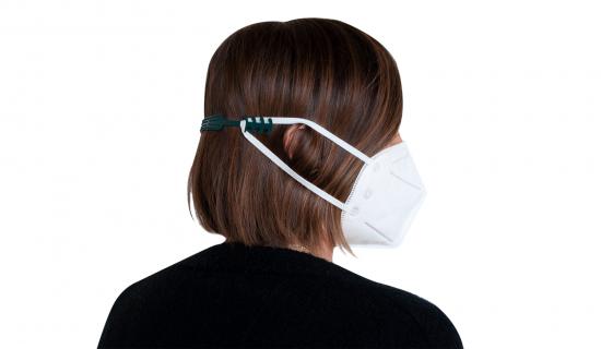 Groene mondmasker clip van gerecycleerde visnetten aan mondmasker